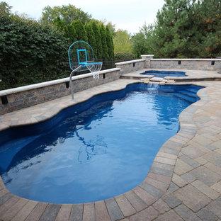 Imagen de piscinas y jacuzzis clásicos renovados, grandes, a medida, en patio trasero, con adoquines de ladrillo