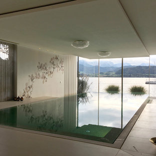 Immagine di una grande piscina coperta a sfioro infinito etnica rettangolare