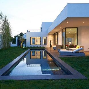 Réalisation d'un grand couloir de nage latéral minimaliste.