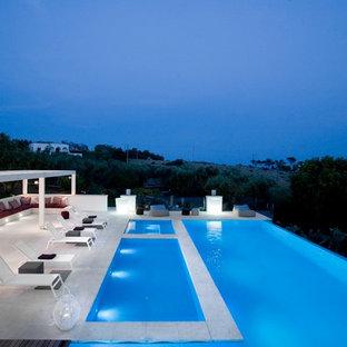 Imagen de casa de la piscina y piscina infinita, contemporánea, grande, rectangular, en patio trasero