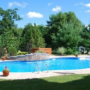 Foto de piscina con fuente alargada, clásica, de tamaño medio, a medida, en patio trasero, con adoquines de ladrillo