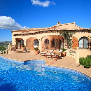 Modelo de piscina mediterránea en patio trasero