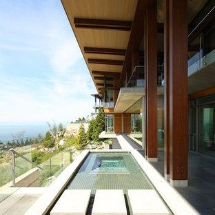Imagen de piscina con fuente alargada, contemporánea, de tamaño medio, rectangular, en patio lateral, con losas de hormigón