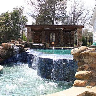 Diseño de piscina con fuente infinita, ecléctica, de tamaño medio, a medida, en patio trasero, con adoquines de piedra natural