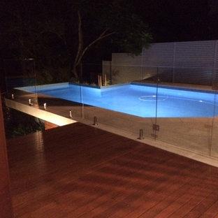 Idee per una piscina monocorsia design personalizzata di medie dimensioni e dietro casa con pedane