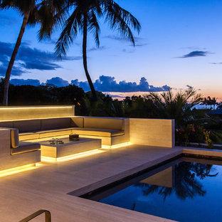 Foto de piscinas y jacuzzis infinitos, contemporáneos, de tamaño medio, a medida, en patio trasero, con suelo de baldosas