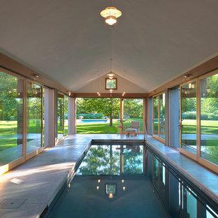 Diseño de piscina alargada, contemporánea, grande, interior y rectangular, con losas de hormigón