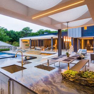Großes Modernes Sportbecken hinter dem Haus in rechteckiger Form mit Wasserspiel in New York