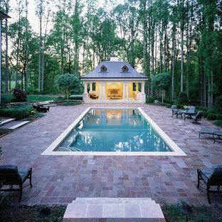 Immagine di una piscina monocorsia vittoriana rettangolare di medie dimensioni e dietro casa con pavimentazioni in mattoni