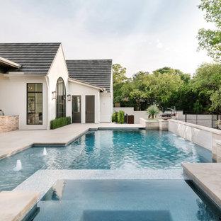 Ejemplo de piscina con fuente mediterránea, grande, a medida, en patio trasero