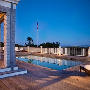 Esempio di una piscina costiera rettangolare dietro casa con pedane