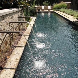 Ispirazione per una piscina monocorsia scandinava rettangolare di medie dimensioni e dietro casa con fontane e pavimentazioni in cemento