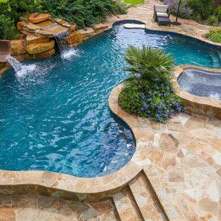 Ejemplo de piscinas y jacuzzis naturales, rurales, grandes, a medida, en patio trasero, con adoquines de piedra natural