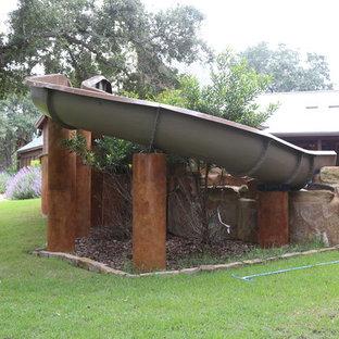 Imagen de piscinas y jacuzzis naturales, rústicos, grandes, a medida, en patio trasero, con adoquines de piedra natural