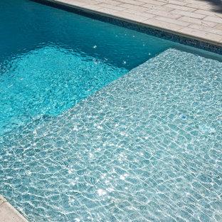 Ejemplo de piscina minimalista, pequeña, rectangular, en patio trasero, con adoquines de hormigón