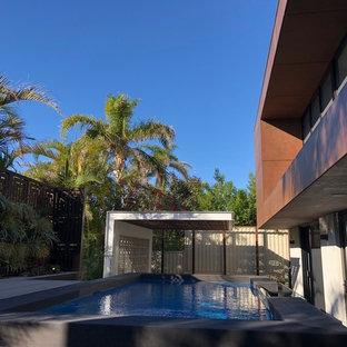 Modelo de piscina elevada, urbana, de tamaño medio, rectangular, en patio trasero, con entablado
