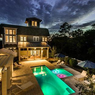 Свежая идея для дизайна: огромный бассейн произвольной формы на внутреннем дворе в стиле шебби-шик с покрытием из каменной брусчатки - отличное фото интерьера