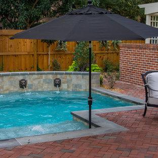 Diseño de piscinas y jacuzzis naturales, tradicionales, pequeños, a medida, en patio trasero, con adoquines de ladrillo