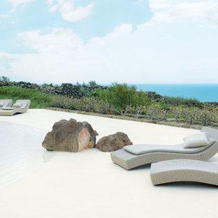 Immagine di una piscina naturale stile marinaro con ghiaia