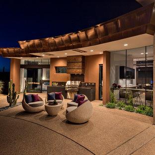 Foto de piscinas y jacuzzis alargados, contemporáneos, grandes, redondeados, en patio trasero, con adoquines de hormigón
