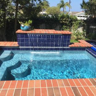 Imagen de piscina con fuente clásica, pequeña, rectangular, en patio trasero, con adoquines de ladrillo