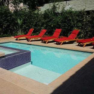 Modelo de piscinas y jacuzzis naturales, contemporáneos, pequeños, rectangulares, en patio trasero, con adoquines de hormigón