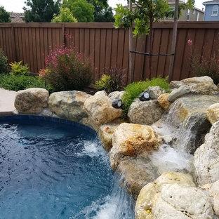 サクラメントの中サイズのオーダーメイドシャビーシック調のおしゃれなプール (天然石敷き) の写真