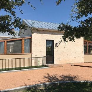 Imagen de casa de la piscina y piscina campestre, rectangular, en patio trasero, con suelo de hormigón estampado