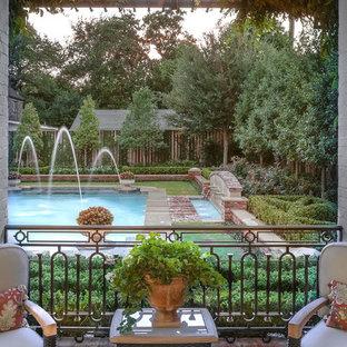 Inspiration pour une grand piscine arrière traditionnelle avec des pavés en brique.