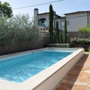 Diseño de piscina elevada, contemporánea, pequeña, rectangular, en patio trasero, con adoquines de piedra natural