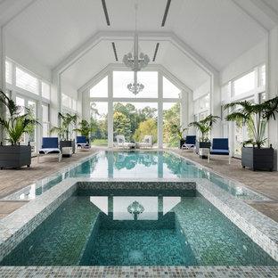Idée de décoration pour une piscine intérieure tradition rectangle avec un bain bouillonnant et du carrelage.