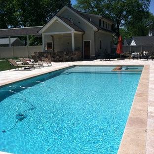 Foto de piscinas y jacuzzis alargados, de estilo americano, grandes, rectangulares, en patio trasero, con adoquines de piedra natural