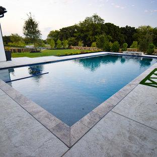 Ejemplo de piscina con fuente alargada, contemporánea, grande, rectangular, en patio trasero
