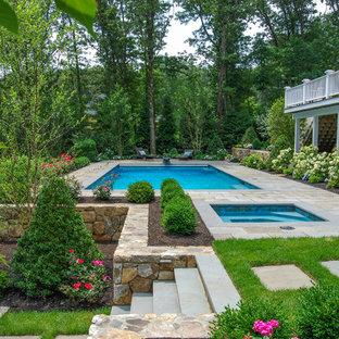 Ejemplo de piscinas y jacuzzis tradicionales, grandes, rectangulares, en patio trasero, con adoquines de piedra natural