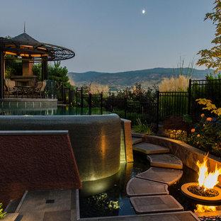 Imagen de piscina infinita, bohemia, de tamaño medio, a medida, en patio trasero, con adoquines de piedra natural
