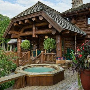 Modelo de piscinas y jacuzzis naturales, rústicos, extra grandes, redondeados, en patio lateral, con entablado