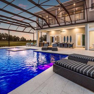 Idée de décoration pour une grand piscine arrière minimaliste rectangle avec des solutions pour vis-à-vis.