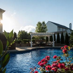 Ejemplo de piscina alargada, clásica, de tamaño medio, a medida, en patio trasero, con suelo de hormigón estampado