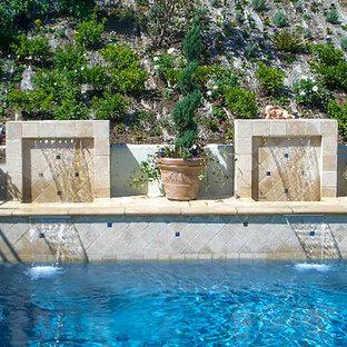 Cette image montre un couloir de nage arrière style shabby chic en L de taille moyenne avec un point d'eau et du carrelage.