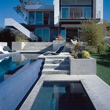 Modern Pool by LEANARCH Inc.