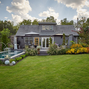 Modelo de piscina con fuente de estilo americano, pequeña, rectangular, en patio trasero, con entablado
