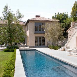 Foto de piscina alargada, mediterránea, rectangular, en patio