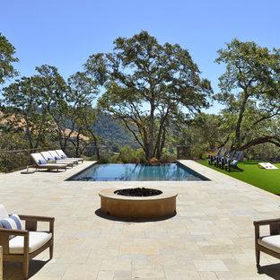 Modelo de piscina infinita, mediterránea, rectangular, en patio trasero