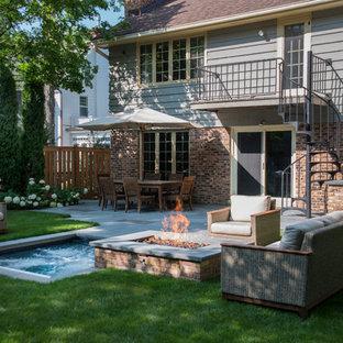 Foto di una piccola piscina chic rettangolare dietro casa con una vasca idromassaggio e pavimentazioni in pietra naturale