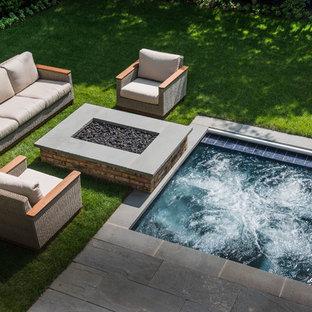 Ejemplo de piscinas y jacuzzis clásicos, pequeños, rectangulares, en patio trasero, con adoquines de piedra natural