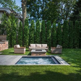 Diseño de piscinas y jacuzzis tradicionales, pequeños, rectangulares, en patio trasero, con adoquines de piedra natural