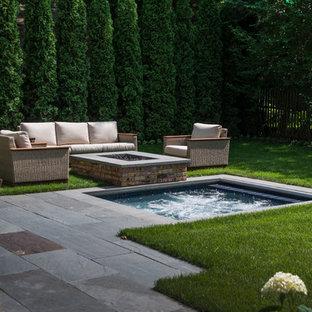 Ejemplo de piscinas y jacuzzis tradicionales, pequeños, rectangulares, en patio trasero, con adoquines de piedra natural