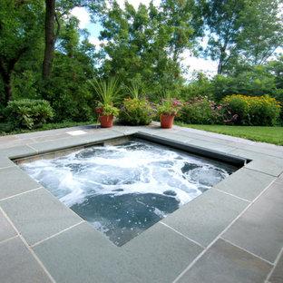 Modelo de piscinas y jacuzzis tradicionales, pequeños, rectangulares, en patio trasero, con adoquines de piedra natural
