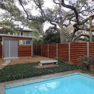 Imagen de casa de la piscina y piscina alargada, tradicional, de tamaño medio, rectangular, en patio trasero, con adoquines de hormigón