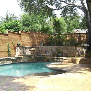 Idées déco pour un grand couloir de nage arrière craftsman sur mesure avec un bain bouillonnant et des pavés en pierre naturelle.
